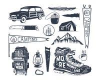 葡萄酒手拉的冒险标志,远足,背包,信号旗,皮船,海浪汽车,灯笼野营的形状  减速火箭 库存照片