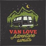 葡萄酒手拉的阵营商标徽章 范love - adenture等候行情 在山概念的快乐的人 为t完善 向量例证