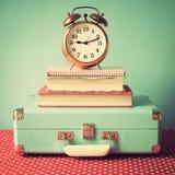 葡萄酒手提箱和时钟 免版税库存图片
