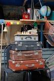 葡萄酒手提箱静物画,棋,在节日`明亮的人`的书在城市天在莫斯科 免版税图库摄影