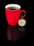 葡萄酒手表和红色杯子有反射的在黑背景 免版税库存图片