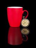 葡萄酒手表和红色杯子有反射的在黑背景 库存照片