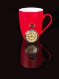 葡萄酒手表和红色杯子有反射的在黑背景 免版税图库摄影