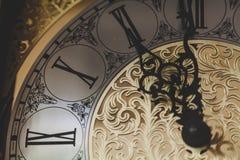 葡萄酒手表拨号盘有透雕细工箭头的 库存图片