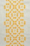 葡萄酒手织的亚麻制纺织品的纹理与刺绣的 种族样式设计  工艺刺绣 免版税库存图片