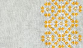 葡萄酒手织的亚麻制纺织品的纹理与刺绣的 种族样式设计  工艺刺绣 免版税库存照片
