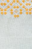 葡萄酒手织的亚麻制纺织品的纹理与刺绣的 种族样式设计  免版税库存照片