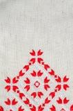 葡萄酒手织的亚麻制纺织品的纹理与刺绣的 种族纹理设计  免版税库存图片