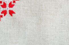 葡萄酒手织的亚麻制纺织品的纹理 与刺绣的背景 免版税库存图片