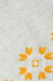 葡萄酒手织的亚麻制纺织品的纹理 与刺绣的背景 免版税图库摄影