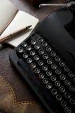 葡萄酒打字机、笔和纸 免版税图库摄影