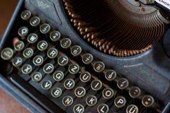 葡萄酒打字机关闭在键盘 免版税库存图片