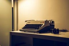 葡萄酒打字机和照相机 库存照片