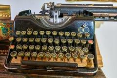 葡萄酒打字机机器特写镜头照片 古板的古色古香的打字机 免版税库存照片