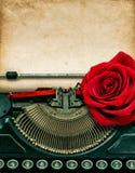 葡萄酒打字机红色玫瑰花 脏的纸张 库存照片