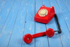 葡萄酒打电话-红色减速火箭电话被拾起 免版税库存图片
