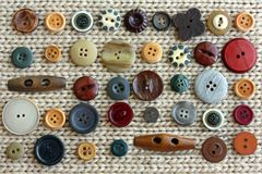 葡萄酒按钮的汇集在织品背景驱散的 库存图片