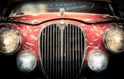 葡萄酒捷豹汽车的前面车灯和格栅 库存照片