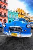 葡萄酒推托(老汽车)在老哈瓦那停放了 库存图片