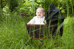 葡萄酒摇篮车的婴孩 免版税库存图片