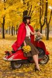 葡萄酒摩托车在秋天森林里 图库摄影