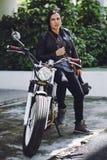 葡萄酒摩托车的确信的骑自行车的人 免版税库存照片