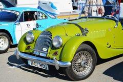 葡萄酒摩根加上4辆跑车经典汽车前面 免版税库存照片