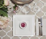 葡萄酒摩洛哥结婚宴会桌铺石的顶上的看法 图库摄影