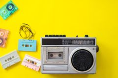 葡萄酒收音机和卡式磁带播放机 免版税库存图片