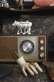 葡萄酒收音机和时装模特手在旧货店 库存照片
