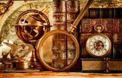 葡萄酒放大镜在一张古老世界地图说谎 免版税库存图片