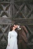 葡萄酒新娘和新郎亲吻 免版税图库摄影