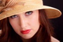 葡萄酒时尚女孩佩带的白色贝雷帽帽子 免版税图库摄影