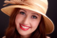 葡萄酒时尚女孩佩带的白色贝雷帽帽子 免版税库存图片