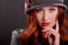 葡萄酒时尚女孩佩带的钓钟形女帽帽子 库存图片