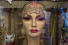 葡萄酒时装模特顶头佩带的班丹纳花绸 免版税库存照片