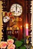 葡萄酒时间的时钟标志,使人想起过去和未来,在狂欢节的开始的下计数 假日,供人潮笑者的mas 免版税图库摄影