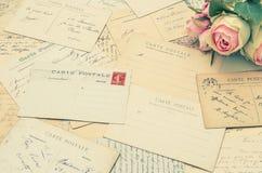 葡萄酒明信片和软的玫瑰色花 乡情 免版税库存图片