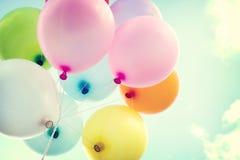 葡萄酒有五颜六色的心脏气球在爱的蓝天概念 库存图片