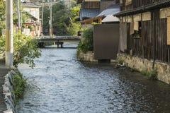 葡萄酒有具体床的河运河和流动的水细节在京都,日本 免版税库存照片
