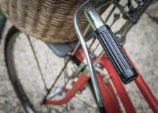 一辆红色自行车 免版税库存图片
