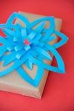 葡萄酒有弓蓝纸的礼物盒 免版税库存图片