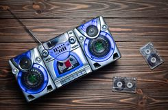 葡萄酒有报告人和卡型盒式录音机的录音机 图库摄影