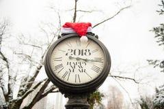 葡萄酒有标题的新年快乐街道时钟2018年和在他们的圣诞老人帽子 库存图片