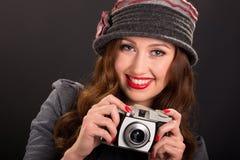葡萄酒有照相机的时尚女孩 图库摄影