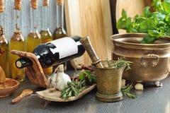 葡萄酒有瓶的厨房器物橄榄油 库存照片