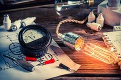 葡萄酒有电子图和爱迪生电灯泡的物理实验室 图库摄影