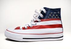 葡萄酒有美国旗子的篮球鞋 库存照片