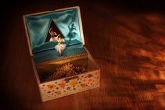 葡萄酒有芭蕾舞女演员的音箱 免版税库存照片