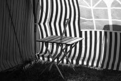 葡萄酒有蓬卡车,吉斯伯恩,北岛,新西兰镶边遮篷在一个东海岸海滩的 免版税库存照片